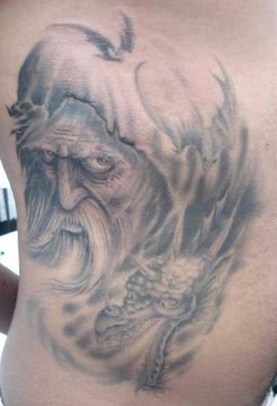 uma baita de uma tatuagem