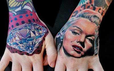 Tatuagem na mão como a madona
