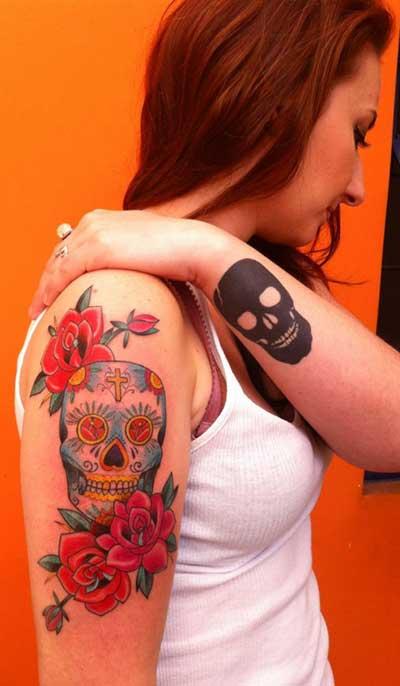 Tatuagens De Flores E Borboletas Nas Costas Barriga Braço