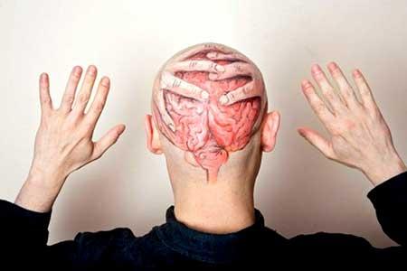 nas costas da cabeça