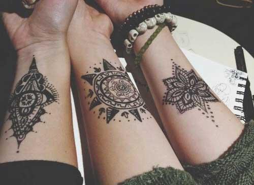 Татуировки для девушек на запястье эскизы 26