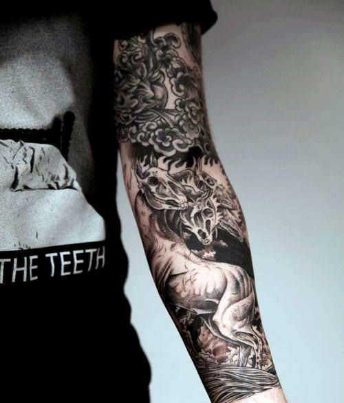 Tatuagem no antebraço fechado com flores